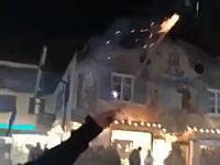 ロケット花火を群衆の中に打ち込んでしまったこの姉ちゃんwwwひどいwww