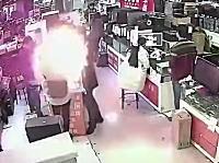中国で客が噛みついたiPhoneのバッテリーが爆発。その瞬間を記録していた監視カメラ映像。