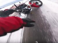 凍結路に滑ってクラッシュしちゃったバイク乗りの車載ビデオ(´・_・`)