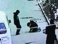 中国でマンホール爆発遊びをしていた少年が吹き飛ばされてしまう事故の映像。