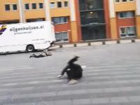 どんな風だよwww人が転がったまますっ飛ばされていく超強風の映像。