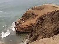 ペルーで乗員乗客54人を乗せたバスが崖を100メートル転落。48人が死亡の現場。