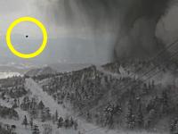 ゲレンデに降り注ぐ噴石。草津白根山の噴火の瞬間を捉えた映像がこわいい。