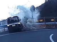 この軽四に何が。カーブを直進してクッションドラムに突っ込む事故。(道志みち)