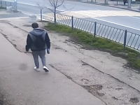 ノールック横断。横断歩道を渡る男性がバスにはねられてしまう瞬間。