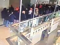 これで死者が出なかったのは奇跡!証券取引所の廊下が崩壊してしまう瞬間の映像。