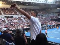 自分の動画のためにプロテニスを妨害するユーチューバーの映像。全豪オープンテニス