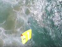 ドローンから救命いかだを投下して人命救助。荒れた海で泳いでいた二人の若者を救った動画。