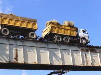 シベリアの人たちは自己責任で1日に1500人もこの橋を渡るらしい(((゚Д゚)))
