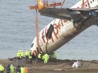 崖から落ちた旅客機(ボーイング737)のクレーン2基を使った引き揚げ作業の様子。
