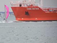大型タンカーに正面から突っ込まれた小型ヨットの映像(((゚Д゚)))