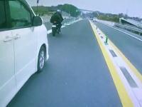 バイクを以上に嫌う奈良のVOXYに注意。「す44-44」の幅寄せ&左追い越し。