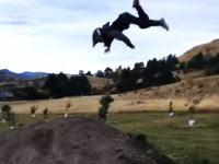 諦めない8歳。マウンテンバイクのバックフリップに挑戦し続ける少年のビデオ。