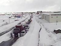 雪国動画。動けなくなった一台のトラックが原因で大渋滞が発生する様子。(新潟)