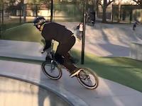 ミラクルの失敗だろこれ。自転車ジャンプ失敗でフェンスに刺さった男。