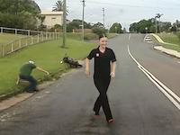 バイク事故でもげた左足を拾ってあげたお姉さんのビデオが高評価に。