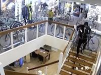1350万円相当の高級自転車を数分で盗み出した窃盗団の映像。監視カメラ。