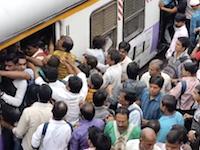 世界一混雑している通勤電車がこれ。混雑が原因で1日平均14人が亡くなる電車。