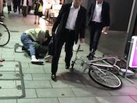 東京人のスルースキルすご。取っ組み合いの大喧嘩のすぐそばを無言で通り抜ける人たち。