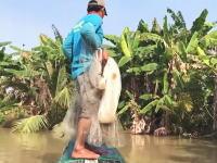 投網を投げた漁師さんが獲物に引きずり込まれてしまう。でけえwww