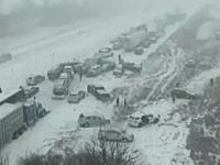 大雪の高速道路で起きた事故が大多重クラッシュへと発展するタイムラプス映像。