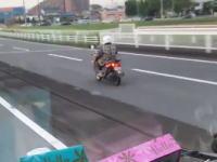 埼玉県のスクーターおばちゃんの運転が酷すぎるwww免許持ってるのかも怪しい。