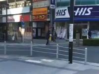 【大阪】警官がナイフ男に発砲する瞬間の映像がネットに投稿されていた。