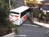 福岡。住宅街の狭い道で高難易度の右折をする西鉄観光バスの映像が人気に。