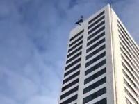 22階建てのビルの屋上から飛び降りてパラシュートが開かなかった事故の映像。