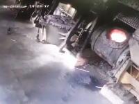 作業員危機一髪!溶炉のクレーンが壊れて溶けた金属が床にぶち撒けられる事故の映像。