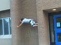 壁登りで力尽きて大怪我をした例の少年の映像。その半年後に再挑戦して成功させていた。