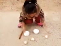 小さな女の子がお椀とタマゴを使った見事なマジックを披露する動画が人気に。