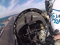 空母の甲板からカタパルト射出される2機の戦闘機のコクピットビデオ。EA-18G、F/A-18F