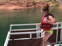 そっちかwww滑り台でとても恥ずかしい事になってしまった女の子のビデオwww