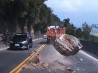 落石注意の標識の目の前で危機一髪!大きな岩が降ってくる衝撃のドライブレコーダー。