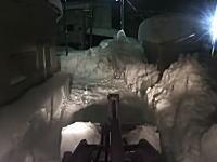 自宅に帰れない。福井大雪で自宅までの道を作るホイールローダーの作業ビデオ。