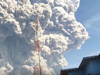 上空5000メートルに達する噴煙。19日に噴火した尼火山の映像がすんごい。