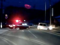 パトカーに追われた軽自動車がT字路でクラッシュ!からの警官危ない&逃げられる車載。