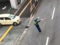 イオンの駐車場にとんでもなく楽しそうな警備員がいた動画が話題に。