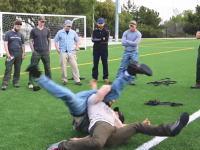 いつか役に立つかもしれない動画。倒れて意識がない人を簡単に担ぎ上げる方法。
