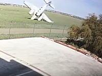 ラレド国際空港で離陸直後の飛行機が墜落して爆発炎上。その瞬間の映像。