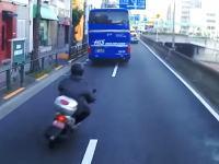 北本通り事故。超速ですり抜けしようとしたスクーターがバスと乗用車に挟まる。