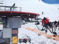 遠心力で振り飛ばされる乗客の映像。スキー場のリフトが暴走して猛スピードに。