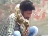 巨ヘビを首に巻きつけていた男性。締め付けられて窒息してしまう。
