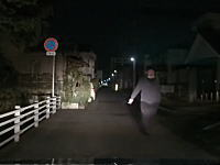 なんでクラクションでDQNを再召喚するんだよwwwハイビームで歩行者とトラブルになったドラレコ。