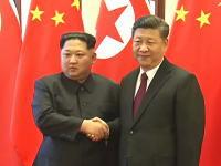 金正恩電撃訪中。習近平国家主席を前に少し緊張気味の金正恩氏の姿。