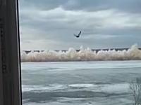 爆薬使いすぎた。川を覆う氷の爆破で近くのマンションが大きな被害を受ける(音量注意)