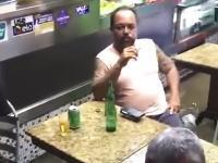 これがリオデジャネイロ流。洪水で店の中まで浸水してるのにビールを楽しむ人たち。