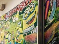 黒板アートでミニオンズ。卒業生に向けて描かれた黒板アートがすごい動画。
