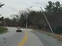 絶妙なタイミングで街灯にピンポイントで狙われてしまった不幸な車の映像。